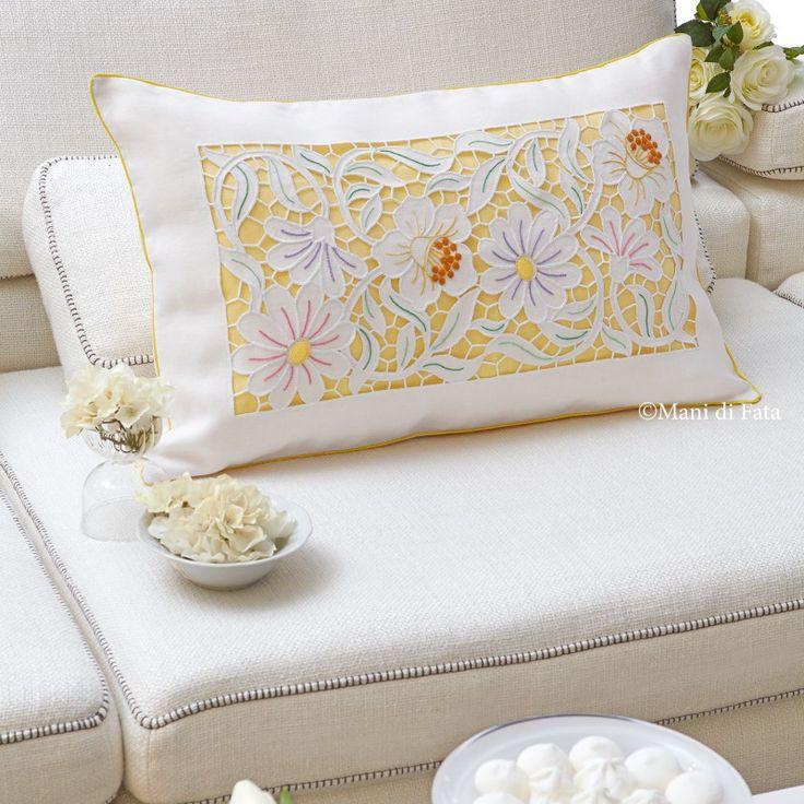 Cuscino, Lino Disegnato. Puro lino disegnato per realizzare il cuscino rettangolare con fiori ricamati ad intaglio e punti vari