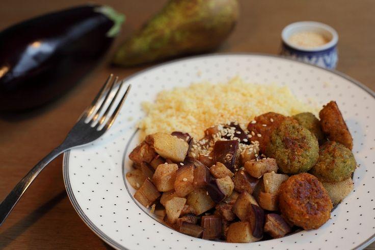 Je zou misschien niet zo snel peer door je avondeten doen, maar dit is een erg lekkere combinatie. De aubergine geeft het een bite en de sesam maakt het lekker hartig. Je kunt eventueel nog wat hummus of tahinsaus serveren bij de falafel.