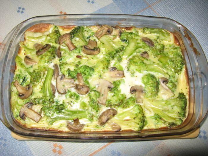 Запеканка из брокколи с грибами Ингредиенты: Брокколи — 500 г, грибы — 100 г, куриные яйца — 5 шт., молоко — 0,5 стакана, немного муки для теста.
