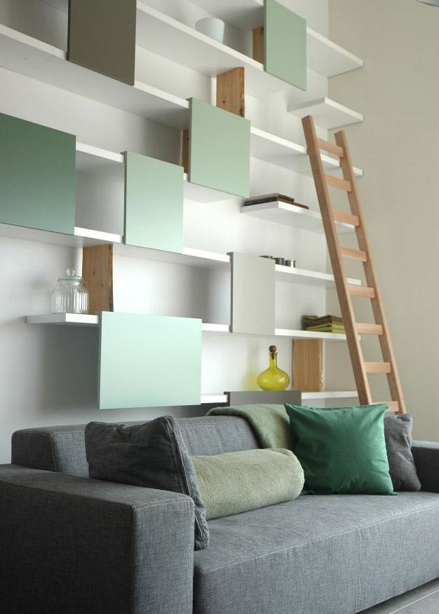 Composition légère d'étagères, alternance de parties ouvertes et cachées…