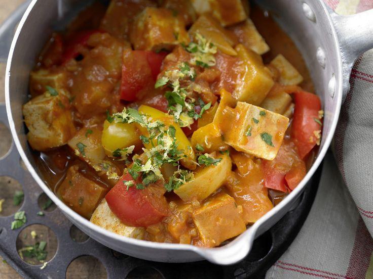 Ungarns Schmortopf mal ganz vegan, mit kräftiger Note durch Räuchertofu: Tofu-Gulasch mit Paprika, Kartoffeln und Tomaten | Kalorien: 433 Kcal - Zeit: 50 Min. | http://eatsmarter.de/rezepte/tofu-gulasch
