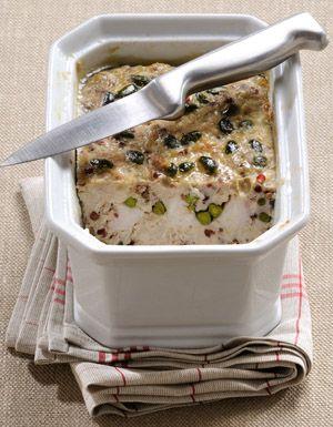Recette Terrine de lapin aux pistaches : Demandez à votre boucher de désosser le lapin : il vous reste environ 800 g de chair.Réservez foie et rognons. Cou...