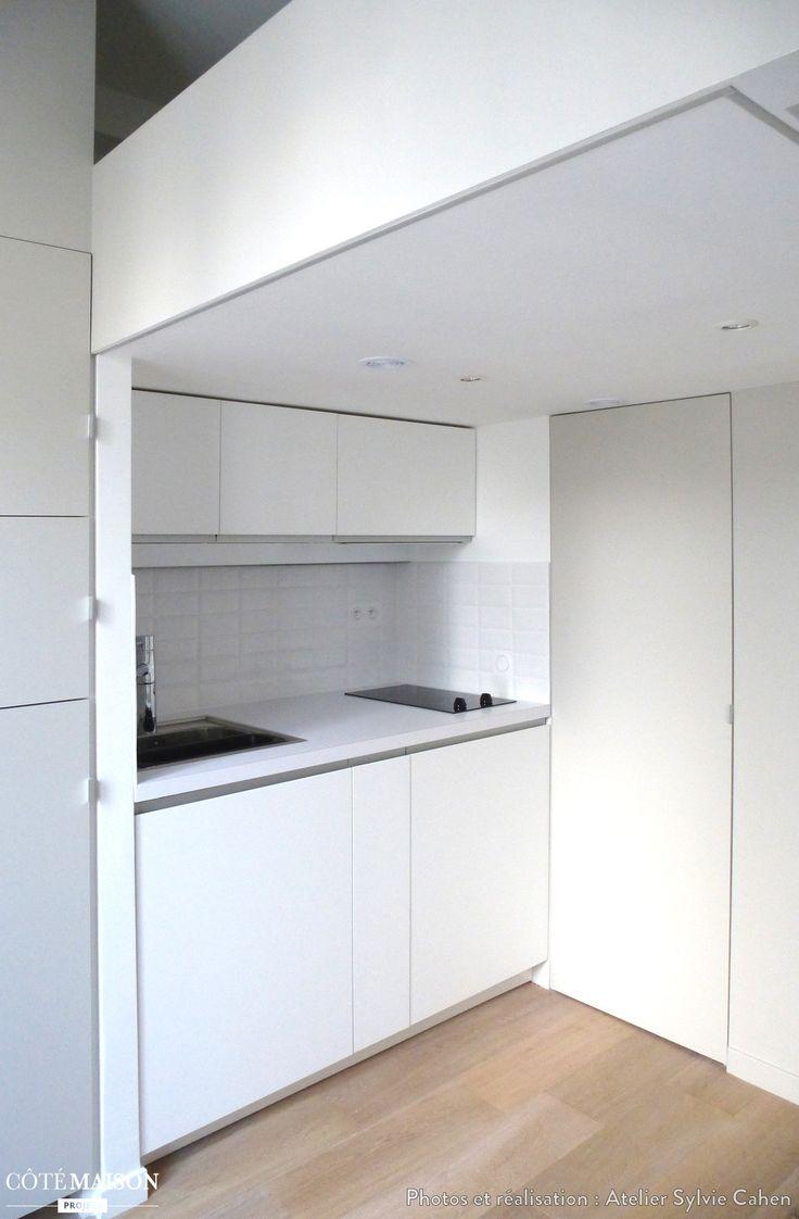 une petite cuisine fonctionnelle et quip e dans studio type mini duplex de 11 m2 pour tudiant. Black Bedroom Furniture Sets. Home Design Ideas