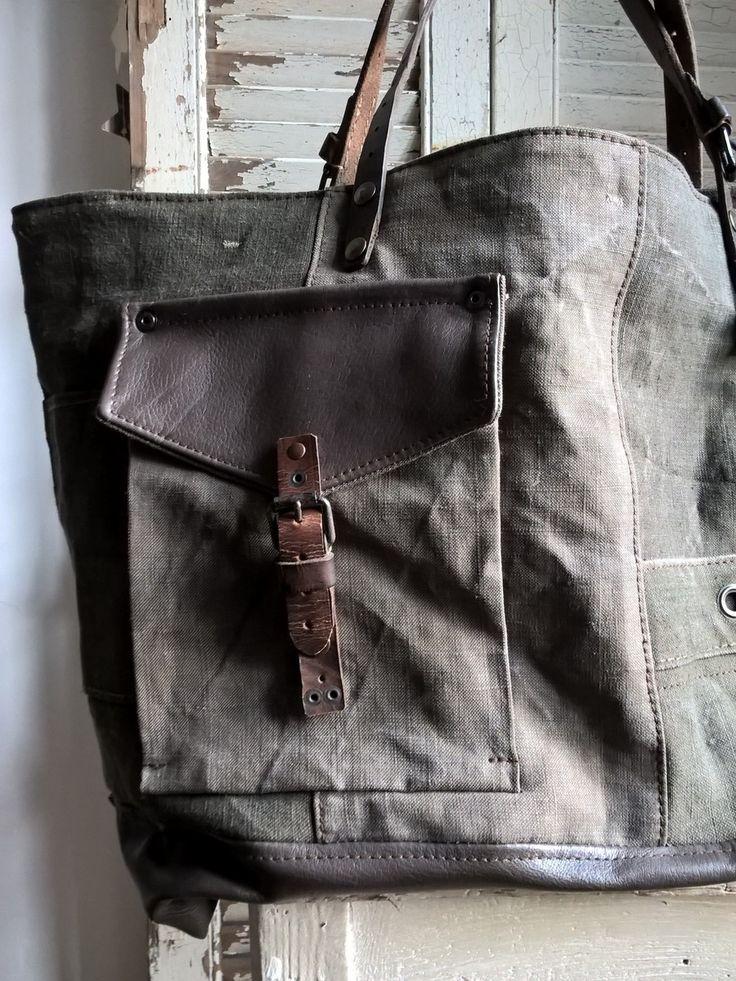 Dimensions: 58cm de large par 36cm de haut Fond du sac 45 x 14cm Jeu d'associations et de découpes autour d'un sac paquetage de l'armée...