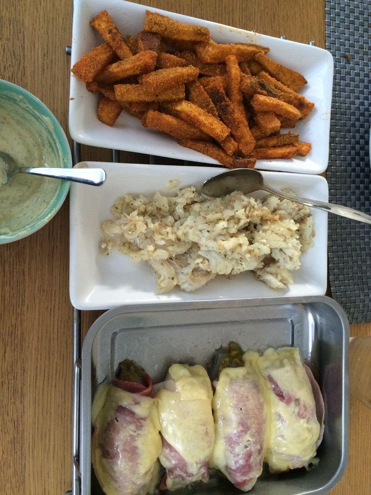 Zoete aardappel frietjes uit de over met een korstje. Kabejauw gebakken en witlof met ham en kaas uit de oven.