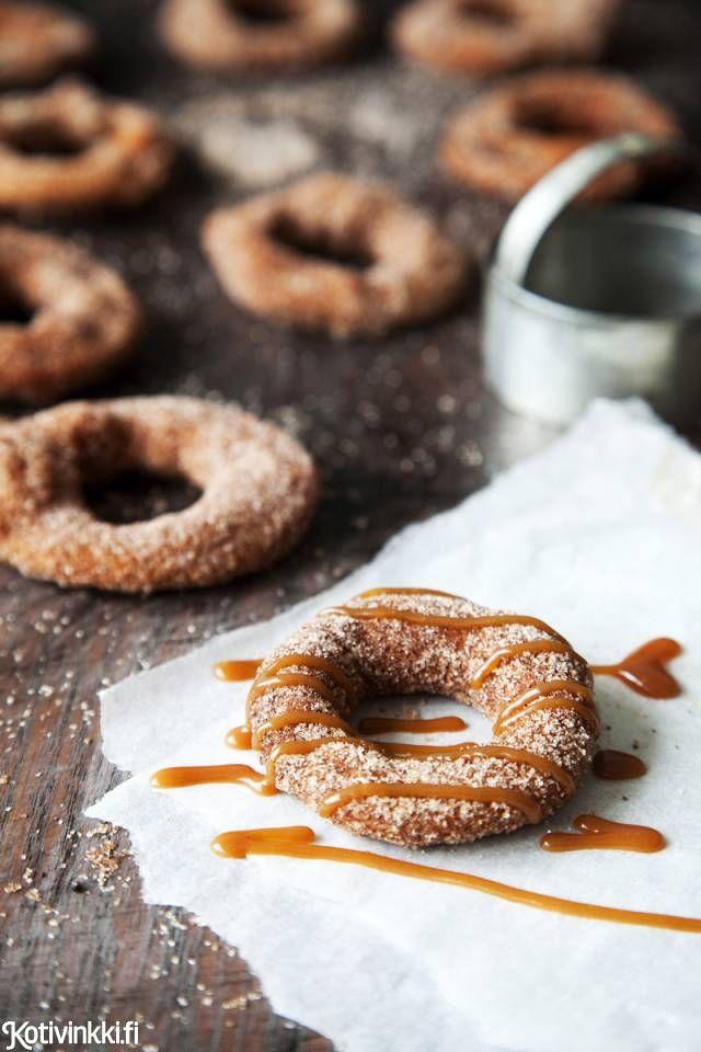 Dippaa omenarenkaat donitsitaikinaan. Kirpeä omena paistuu pehmeän makeaksi pikaherkuksi kuumassa öljyssä pyöräyttämällä.