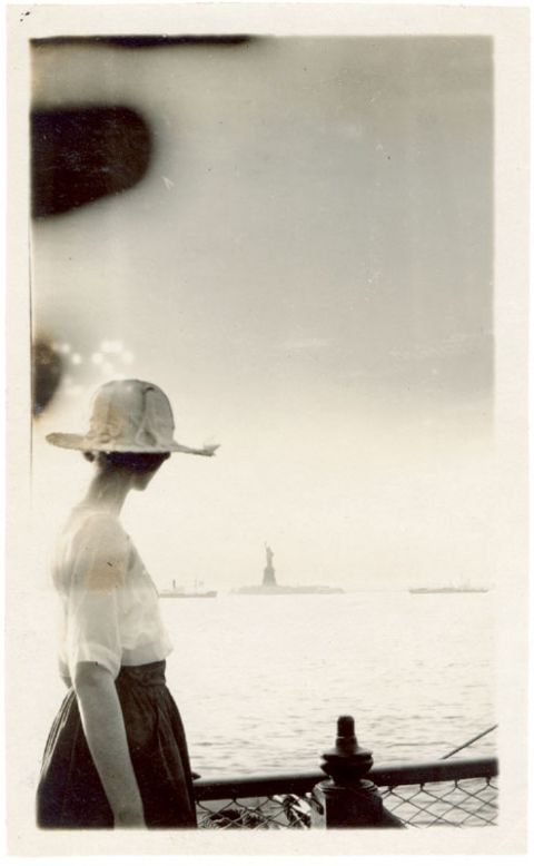 Amateur anonyme, vue sur la statue de la Liberté, New-York, tirage gélatino-argentique, 10,7 x 6,5 cm, v. 1920-25, coll. Frank Maresca/ The Newark Museum, New Jersey.