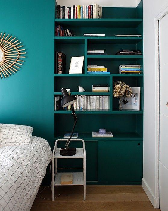 Chambre // chevet // bibliothèque // étagères // tête de lit // bleu // vert