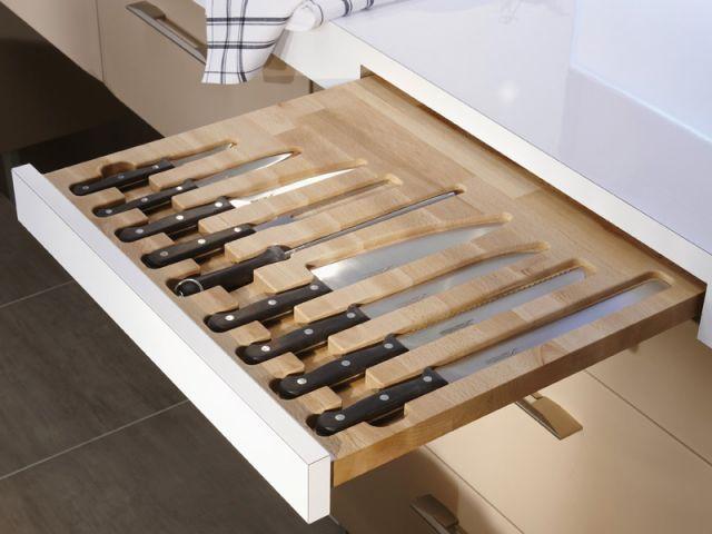 Bien calés dans leur tiroir dédié, les couteaux de cuisine ne risquent plus de tomber dans les mains des plus jeunes ! Une idée astucieuse, qui permet également de protéger les lames de l'usure. ... #maisonAPart