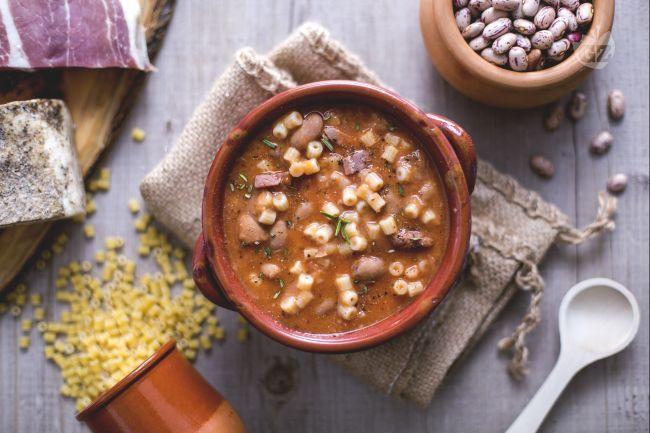 La ricetta della pasta e fagioli è un primo piatto tra i più conosciuti al mondo, facile da praparare, cui ingredienti principe sono pasta e fagioli.