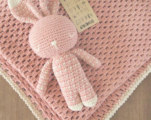 Podes encargar tu manta vainilla haciendo juego con tu dormilón Hay varios colores para combinarConsultas y pedidos: arandano.aranda@gmail.comhttps://www.facebook.com/Arandanocrochet