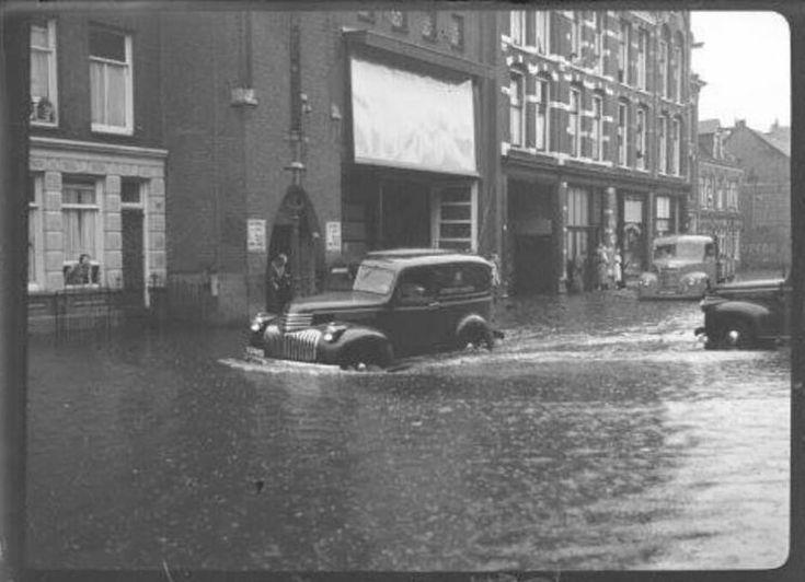 Amsterdam: De Bellamystraat met bioscoop Olympia (De Plump) omstreeks 1951 met aardig wat wateroverlast door hevige stortbuien