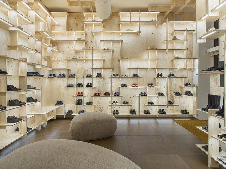 estante de exibição irregular em loja de calçados