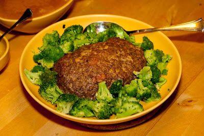 Fantastisk god köttfärslimpa med gräddsås! Vi bytte lökpulver mot vitlökspulver och använde viltfond istället för oxfond. MUMS!