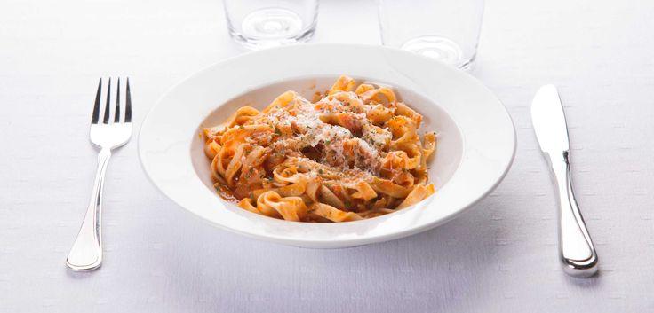 Arrabiata betyr sint på italiensk, og denne sterke vegetariske pastaretten inneholder en «hissig» tomatsaus med mye chili.