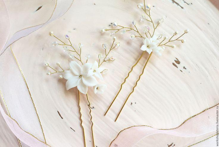 Купить или заказать Цветочные шпильки для свадебной прически в интернет-магазине на Ярмарке Мастеров. Воздушные цветочные и лаконичные шпильки для свадебной прически или романтического образа. Шпильки выполнены из цветов ручной работы, кристаллов и бусин из речного жемчуга. Высота украшения на шпильке 55 мм. Для заказа комплект доступен в серебре или золоте. __________________________ Цвета на фотографиях могут немного отличаться от оригинала в зависимости от настроек вашего монитора&hell...