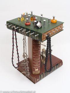 Bockmöbel Turm, alte Bücher die ein zweites Leben als Schmuckmöbel erleben. Zum Hinstellen für Ketten, Ringe, Ohrringe und Armreifen.