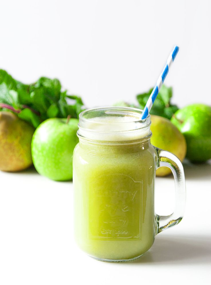 When spring arrives, I feel even more like fresh and fruity juices. Yes, this is one of them... the apple pear lime and fennel juice!