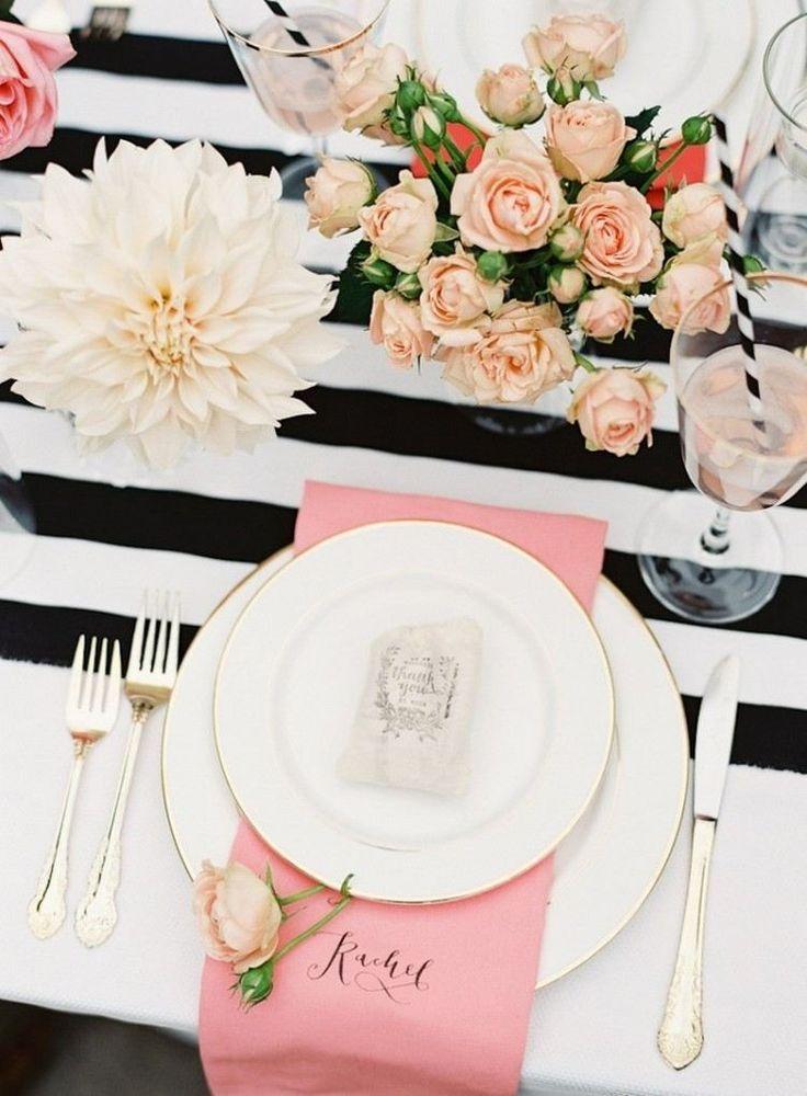 déco table Saint-Valentin originale et romantique - bouquet de roses sur la nappe en noir et blanc et serviette rose comme accent