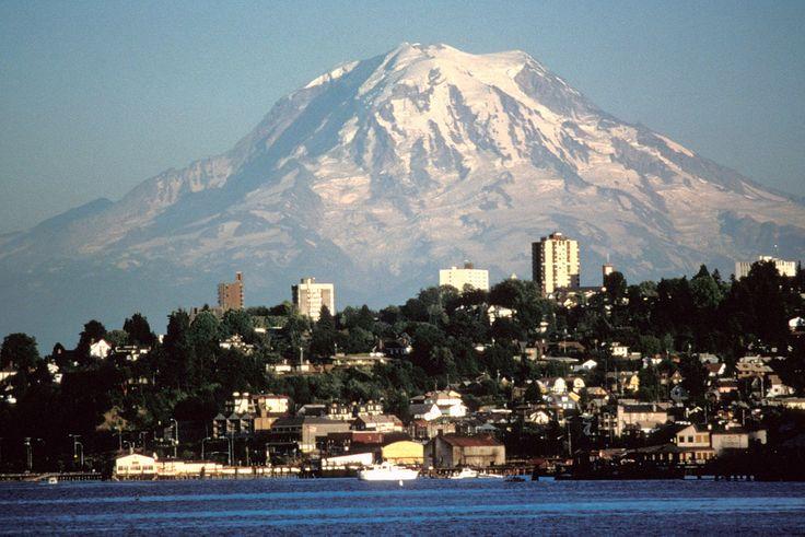 Monte Rainier sobre Tacoma. Esta é a montanha mais alta do estado de Washington, USA. Tem 4.392 m de altitude, e fica na cordilheira das Cascatas.  Fotografia: Lyn Topinka.