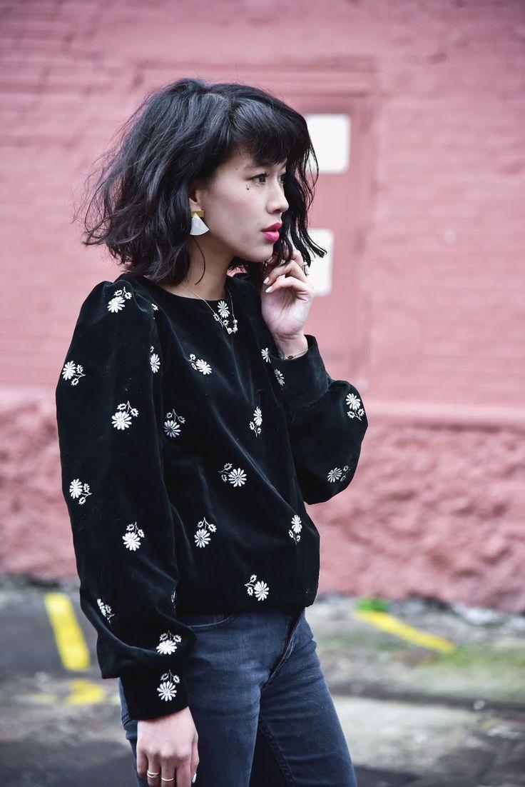 Le dressing de Leeloo - sweat noir velours et fleurs vintage +boucles d'oreilles triangles