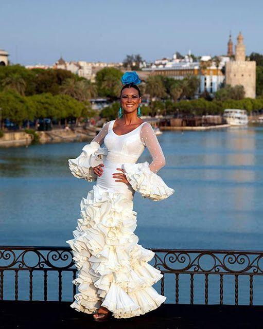 La pasarela de moda flamenca sobre el puente de Triana
