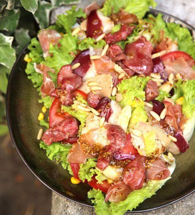 La 'vrai' Salade Landaise  Une entrée très complète, avec foie gras, magrets de canard, gésier de canard, jambon cru, asperge blanche... pour faire bonne figure des feuilles de salades frisée et une tomate