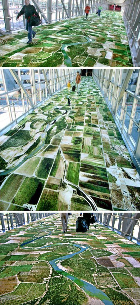 Naam:Flying Carpet. Ontwerp: Seyed Alavi. Dit tapijt is te vinden op Sacramento International Airport in Californie. Het tapijt is stelt een luchtfoto van de rivier de Sacramento voor in geweven vorm.