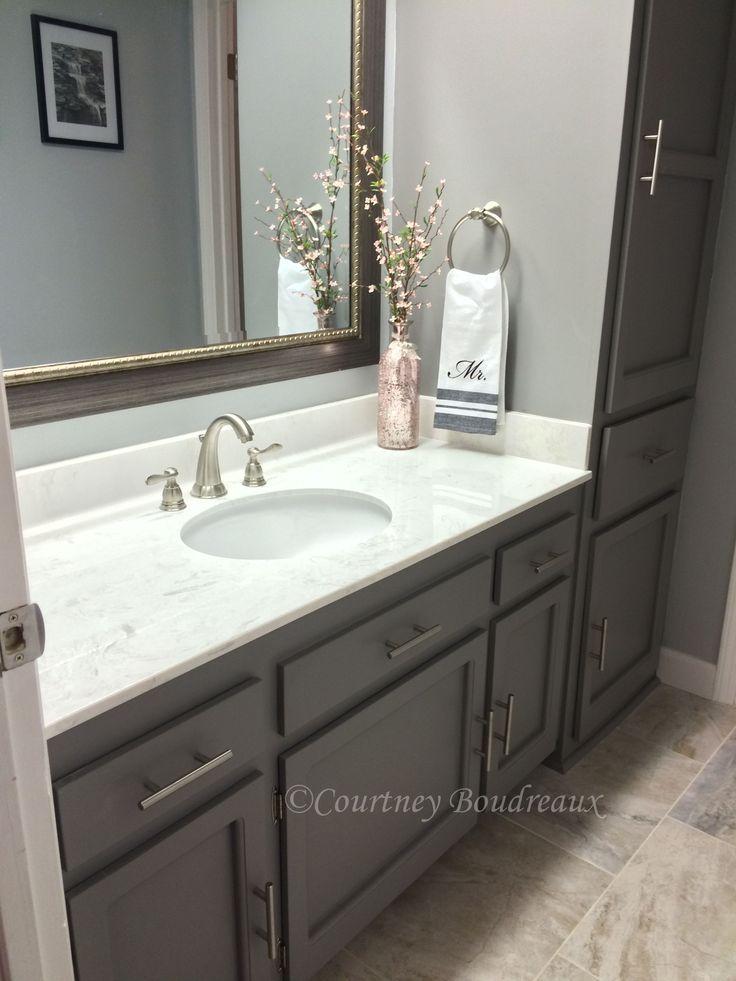 Graues und weißes Badezimmer. #Behr Malen mit Farbe #Anonymous für die Schränke und Light French …   – Bathroom Countertops Ideas