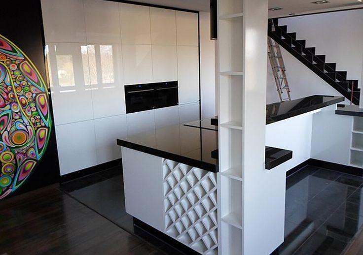 Studio Inter Meble KUCHNIA W DREWNIE   Kuchnia w drewnie z wbudowaną wyspą, idealnie rozwiązanie dla ludzi ceniących ład i prostotę.