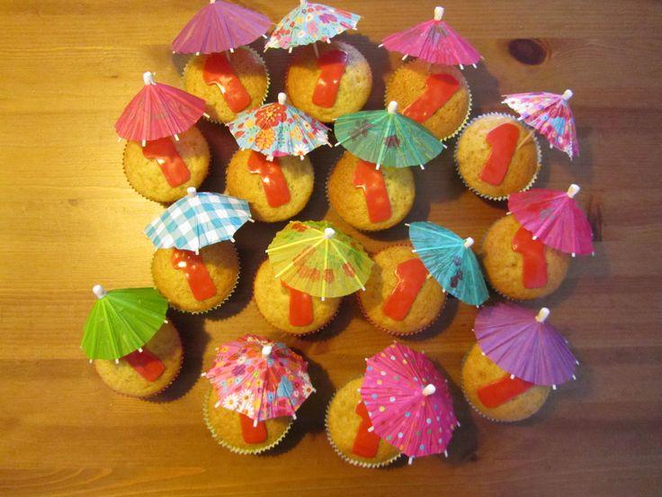 Cupcakes met parapluutjes. Traktatie voor kinderdagverblijf met 1e verjaardag.