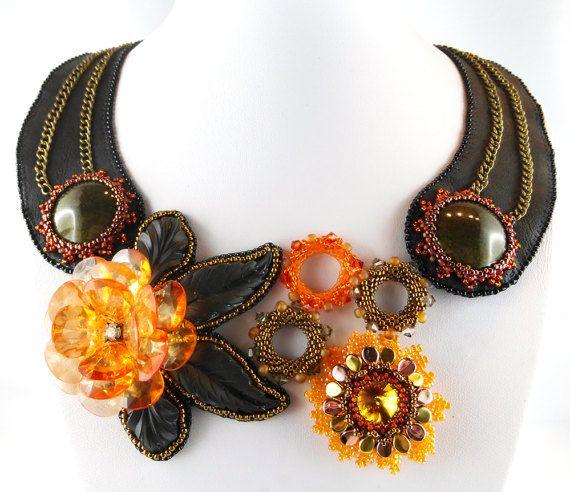 Collier, collier, chaîne  Collier aux couleurs estivales. Fleurs et ornements de perles ont été appliqués au cuir véritable. Collier avec un look vintage branché.  Dimensions: ajustage, convient pour la circonférence du cou jusquà 40 cm  Matériel: Cuir, métal, perles de rocaille, perles de verre et résine acrylique  Technologie: broderie de perles, Beadembroidery, verser la résine
