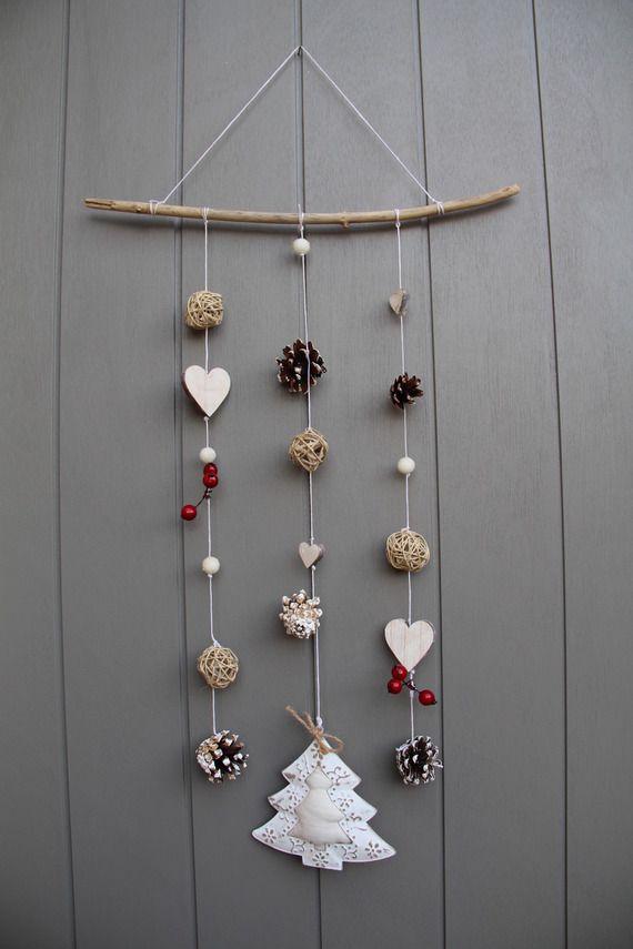 Mobile esprit hiver/Noël avec cœurs en bois, bois flotté, beau sapin, fruits rouges