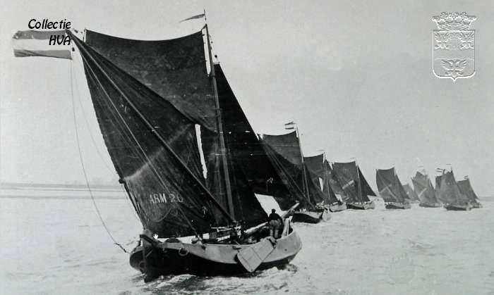De ARM 20 tijdens de zeilwedstrijd bij Veere op 4 augustus 1928 / Fishing boats during a regatta at Veere in 1928