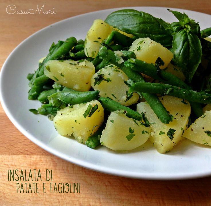L'insalata di patate e fagiolini è un contorno classico e molto veloce.