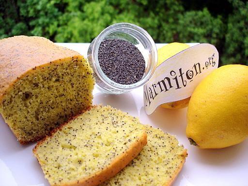 Cake au citron-pavot: - 150 g de farine - 150 g de sucre - 150 g de beurre - 3 oeufs - 1/2 sachet de levure - 2 cuillères à soupe de graines de pavot (achetées dans les magasins bio) - jus et zestes d'un citron