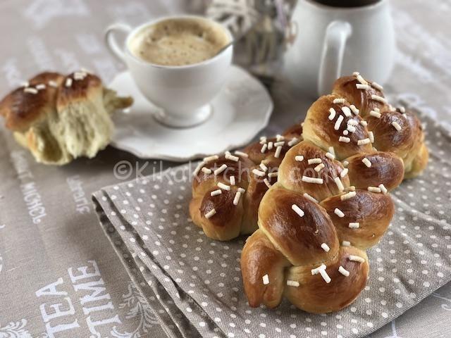 Le treccine di pan brioche dolce sono realizzate con soffice pasta brioche e risultano perfette per la colazione o la merenda. Ricetta facile