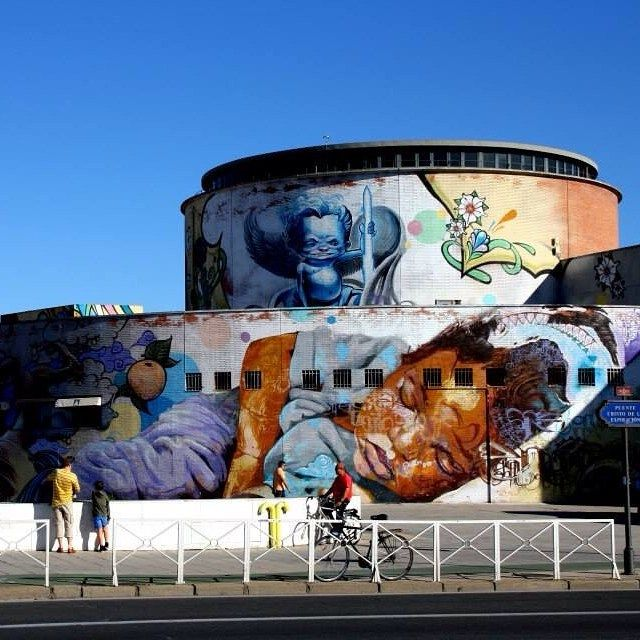 Mooooie muurschildering in mijn favoriete Spaanse stad: Sevilla. En zo'n knalblauwe lucht staat daar toch ook leuk bij. Wanneer zou de Nederlandse lucht weer zo mooi kleuren?^Sanne #streetart #sevilla #nofilter