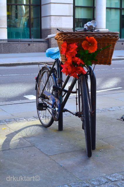 London. - More: http://drkuktart.blog.hu/2014/05/28/londoni_sikk_ketkereken_rinding_a_bike_in_london