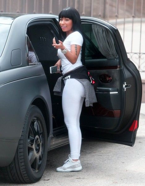 Nicki Minaj Photos - Rapper Nicki Minaj is spotted wearing a very large diamond ring while out and about in Beverly Hills, California on September 16, 2015. - Nicki Minaj Rocks a Large Diamond Ring in Beverly Hills