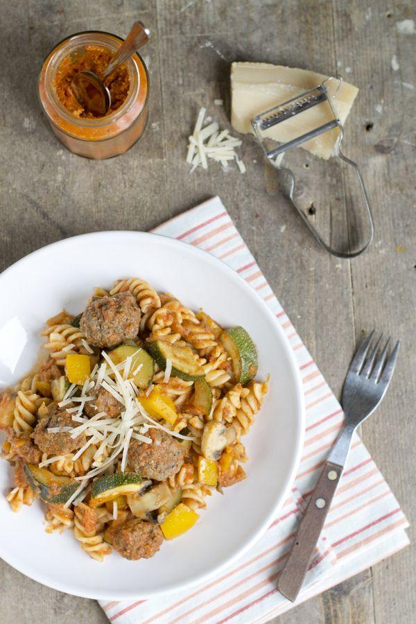 Snelle pasta met rode pesto, groenten en ballen | via BrendaKookt.nl