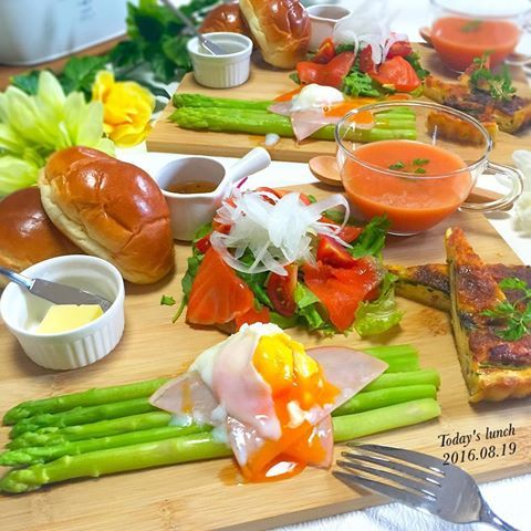 . 婚約ホヤホヤ💕 な、東京の友達が遊びに来てくれたので お祝いに#洋食 コースで#家ランチ 🍴 . まずは#前菜盛り合わせ 🍅 *ベーコンとほうれん草のキッシュ *冷製トマトスープ *スモークサーモンのカルパッチョ *アスパラの温玉のせ *バケット . アスパラをたくさん頂いたので 贅沢に使いました🙏 . #おうちごはん #LIN_stagrammer #デリスタグラマー #クッキングラム #instafood #yummy #おうちカフェ #ランチ #前菜 #ワンプレート