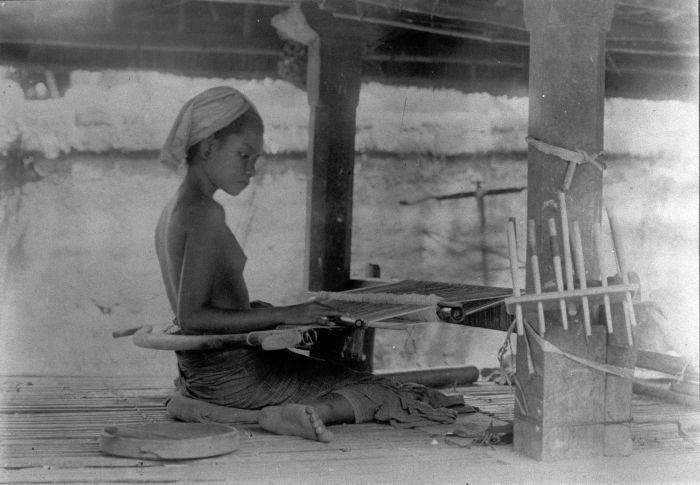 Indonesia, Bali ~ 1910 Balinese weaver