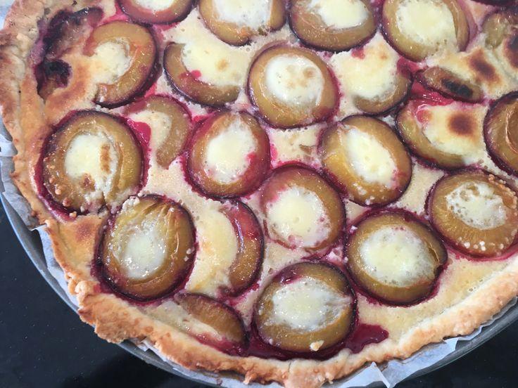 Heute backen wir eine Zwetschgenwähe. Diese Art von Blechkuchen ist in der Schweiz, im Elsass und im Badischen sehr beliebt und schmeckt als Dessert wunderbar.