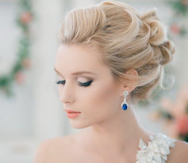bellissima acconciatura raccolta morbida per la sposa