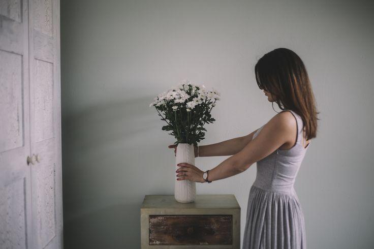 Na ponury poniedziałek proponujemy kwiaty w wazonie, aby było radośnie i pięknie #mondey #chabbychic #flowers #interiordesigner #poniedziałek #chmury #cloudy #homedecor #sukienka #lifestyle #aranżacja #bedroom #sypialnia #szafa #white #furniture #fashion #projektant #wnętrza #apartament #kamienica #warszawa #warsow #moda