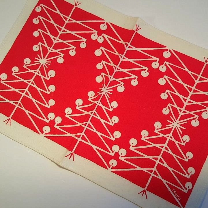 Retro Christmas textile. #trendyenser #retro #swedishdesign #maudfredinfredholm #christmastablecloth #retrochristmas #retrotextile #jul #tekstiltryk #retrotekstil #juledug. From www.TRENDYenser.com. SOLGT/SOLD.