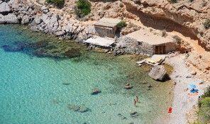 Tipología: Playa de arena fina, de 1.100 metros de longitud y unos 40 metros de anchura Situación: En el Parque Natural de Ses Salines, a 9 kilómetros de Eivissa ciudad y a 4 kilómetros de Sant Jordi Este extenso arenal, rodeado de dunas repletas de sabinas, fue la primera playa nudista de Ibiza y una …