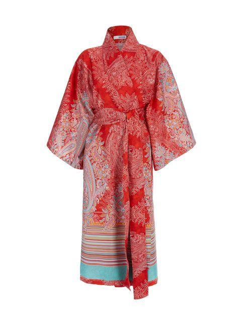 Bassetti-merkin pitkässä kimonotakissa on kaunis kuosi. Kimonossa on leveät, vajaamittaiset hihat, solmimisnauhat vyötäröllä sekä erillinen, leveä vyö. Materiaali on keveää puuvillaa.