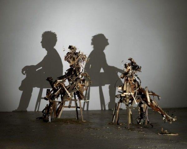 Recreando sombras.    Sue Webster y Tim Noble son dos artistas ingleses que recolectan una gran cantidad de objetos para crear impresionantes esculturas que juegan con las sombras.